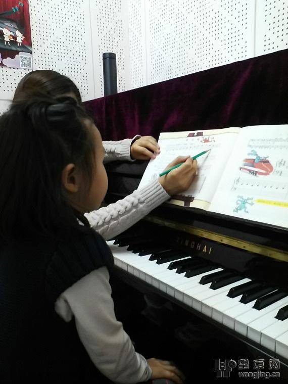 从手型手势、高低音谱号、小节线、中央C开始.老师教的很认真,