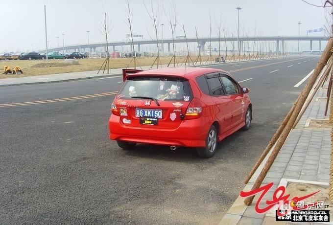 款红色飞渡汽车尾翼高清图片